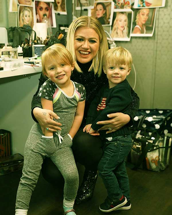 Image of Caption: Elisa Gayle's daughter-in-law, Kelly Clarkson and two grandchildren