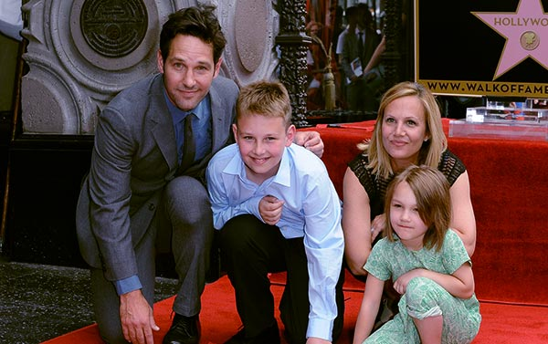 Image of Julie Yaeger with her husband, Paul Rudd along with their kids