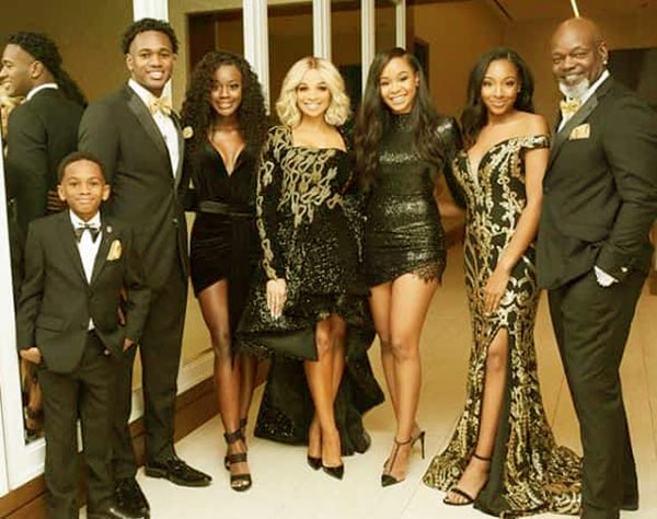 Image of Patricia Southall, Emmitt Smith, and their all children